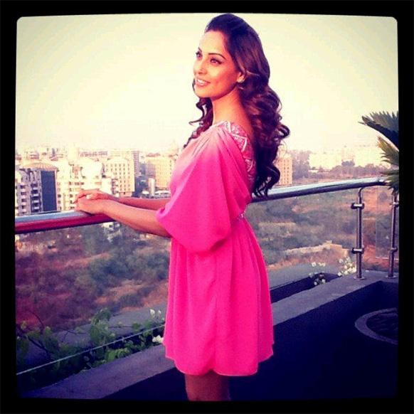 अभिनेत्री बिपाशा बसु की पिंक ड्रेस में एक आकर्षक तस्वीर, जो उन्होंने ट्वीटर पर जारी की।