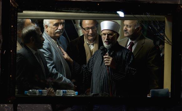 पाकिस्तानी धर्मगुरु ताहिर अल कादिरी लोगों को संबोधित करते हुए।