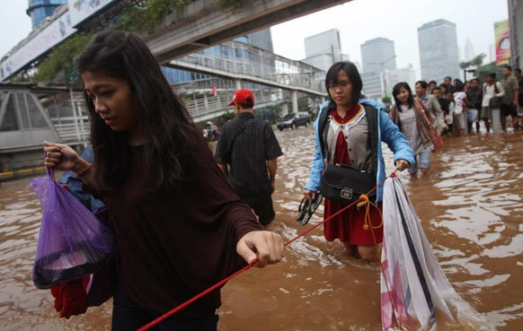 इंडोनेशिया में भारी बारिश के बाद बाढ़ का मंजर।