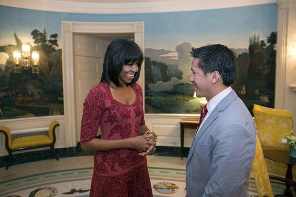 वाशिंगटन में प्रथम अमेरिकी महिला मिशेल ओबामा डेविड हॉल से बातचीत करती हुई।