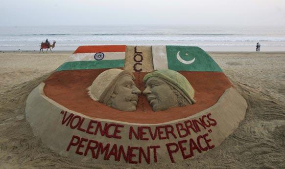 ओडिशा के समुद्री तट पर भारत-पाकिस्तान के बीच के तनाव को रेत की इस कलाकृति में दिखाय गया है।