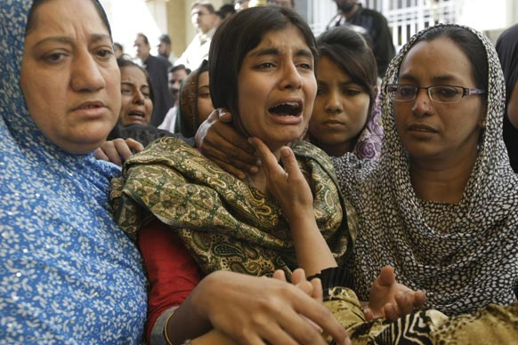 पाकिस्तान के कराची में अपने भाई की मौत पर विलाप करती युवती।