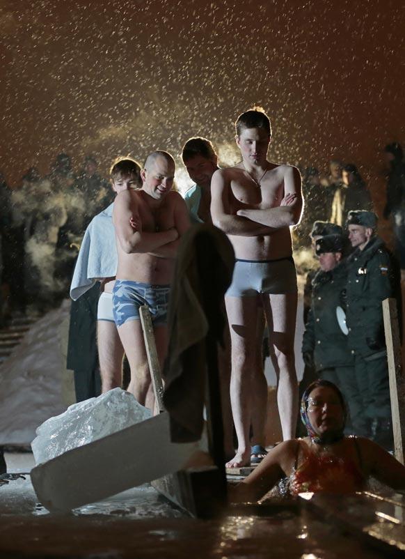 मास्को में आइस कोल्ड वाटर में स्नान के लिए अपनी बारी का इंतजार करते लोग।