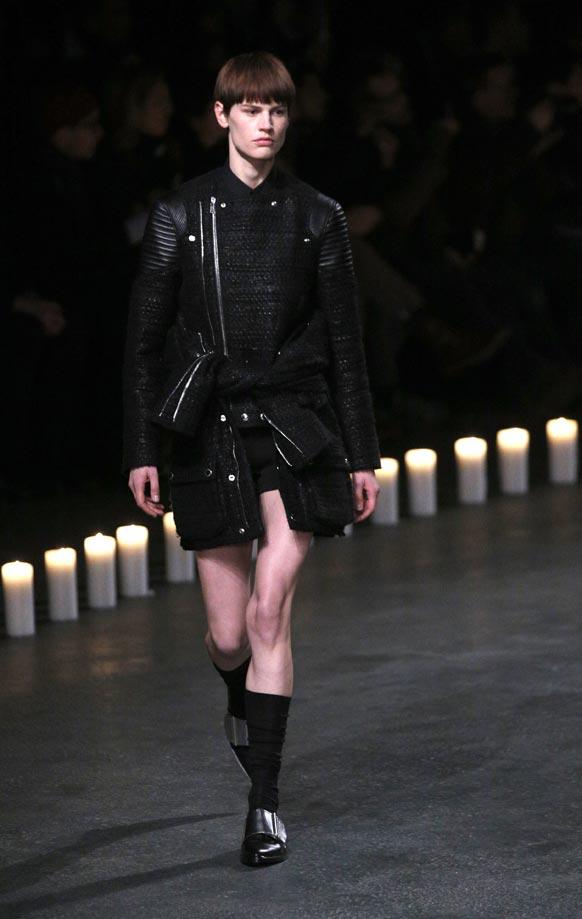 पेरिस में डिजायन कपड़ों को पेश करती एक मॉडल।