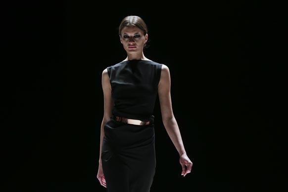 बर्लिन में मर्सिडीज बेंज फैशन वीक के दौरान डिजायन कपड़ों को पेश करती एक मॉडल।