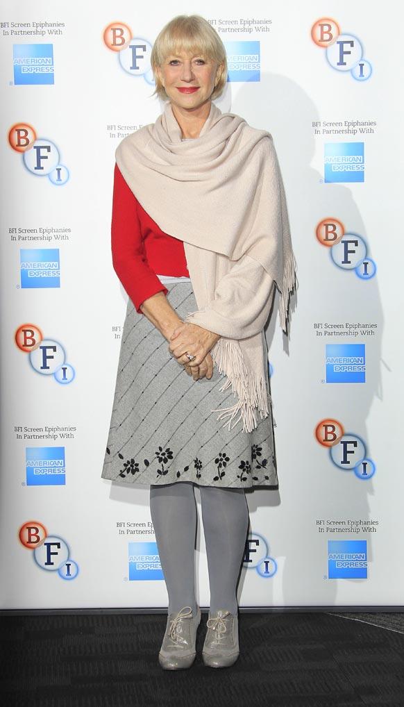 मध्य लंदन के साउथबैंक में तस्वीर के लिए पोज देती अभिनेत्री हेलेन मिरेन।