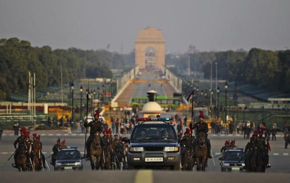 नई दिल्ली में राष्ट्रपति भवन के पास बीटिंग रीट्रिट समारोह के लिए अभ्यास करता राष्ट्रपति का काफिला।