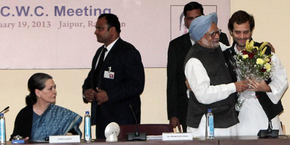जयपुर में चिंतन शिविर के बाद राहुल गांधी को कांग्रेस का उपाध्यक्ष बनाए जाने पर उन्हें बधाई देते प्रधानमंत्री मनमोहन सिंह।