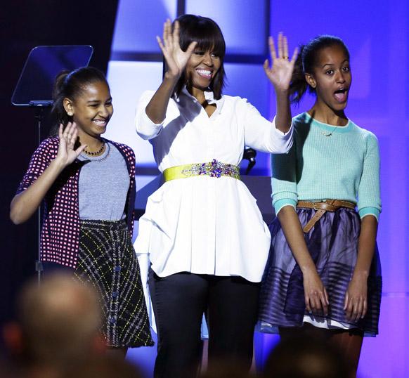 वाशिंगटन में एक समारोह में शिरकत करतीं अमेरिका की पहली महिला मिशेल ओबामा अपनी पुत्रियों साशा एवं मालिया के साथ।