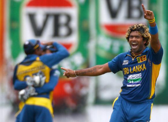 सिडनी में डेविड हसी का विकेट लेने के बाद श्रीलंकाई गेंदबाज लसिथ मलिंगा।