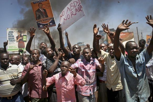 केन्या में एक उम्मीदवार के चुनाव में खड़े होने का विरोध करते लोग।