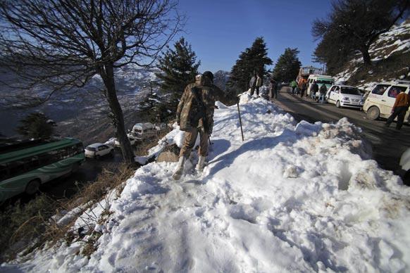 जम्मू में भारी बर्फबारी के बाद हर तरफ बर्म जम गई है।