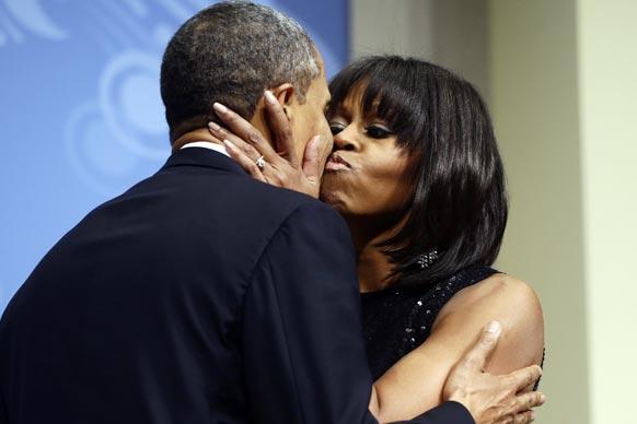 अमेरिका राष्ट्रपति बराक ओबामा के दोबारा शपथ लेने के बाद उन्हें खुशी से चूमती उनकी पत्नी मिशेल ओबामा।