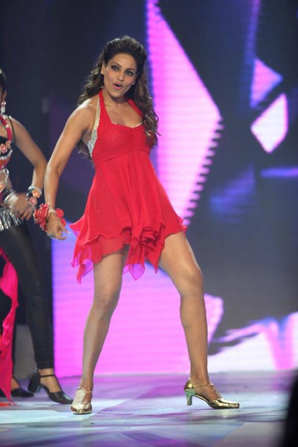 सीसीएल कर्टेन रेजर के दौरान अपने कार्यक्रम की प्रस्तुति देती हुई अभिनेत्री बिपाशा बसु।