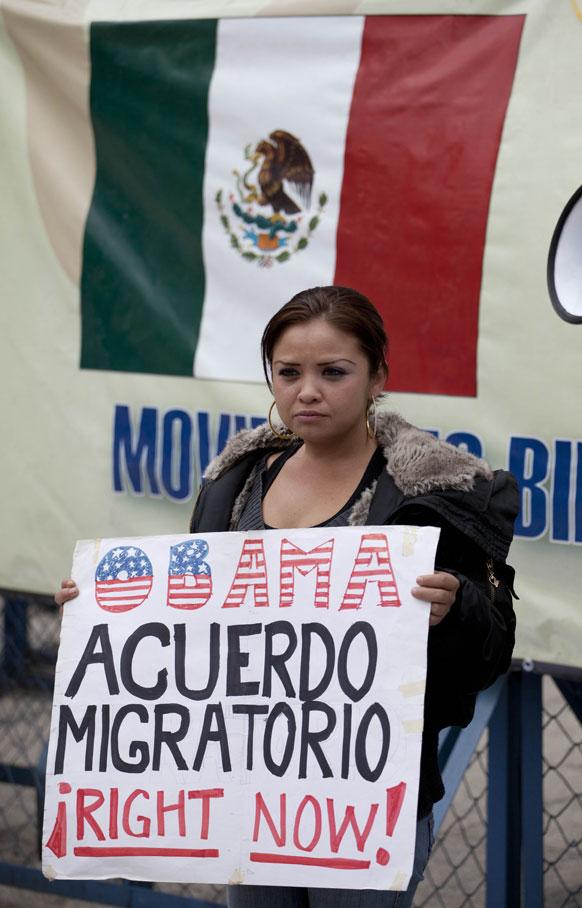मैक्सिको में अमेरिका के खिलाफ विरोध-प्रदर्शन करती मानवाधिकार कार्यकर्ता।