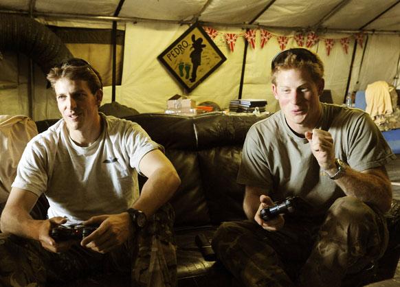 ब्रिटेन के प्रिंस हैरी सैनिकों के साथ इस तस्वीर में नजर आ रहे हैं।