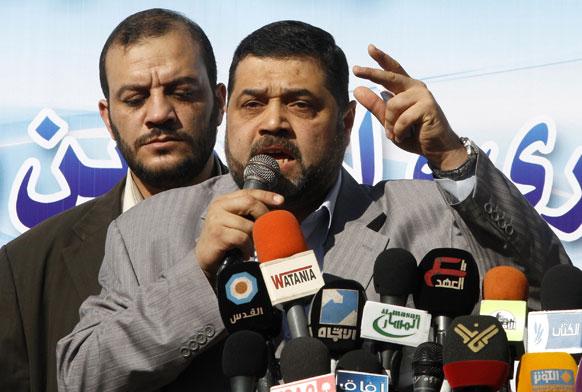 फिलीस्तीनी हमास नेता ओसामा हमादान गाजा शहर में भाषण देते हुए।