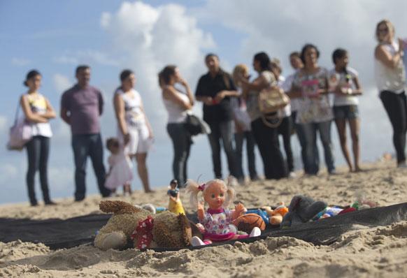 ब्राजील के रियो डी जेनेरियो में खिलौनों के खिलाफ लोगों को प्रदर्शन।