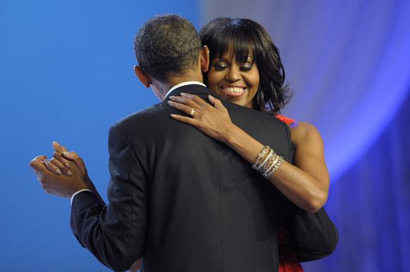 बतौर राष्ट्रपति दोबारा शपथ लेने के बाद अमेरिकी राष्ट्रपति बराक ओबामा मिशेल के साथ नाचते हुए।