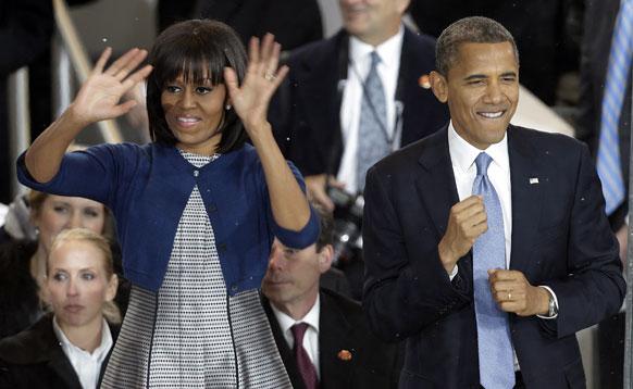 बराक ओबामा एवं मिशेल ओबामा नृत्य करते हुए।