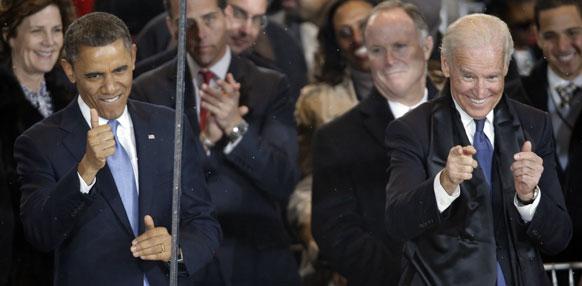 शपथ ग्रहण समारोह के बाद ह्वाइट हाउस के समीप खुशी के क्षण में ओबामा एवं जो बिडेन।