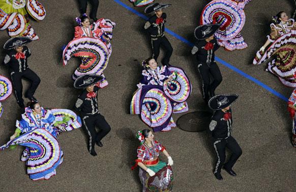 शपथ ग्रहण समारोह के मौके पर नृत्य पेश करते टेक्सास के स्कूली बच्चे।
