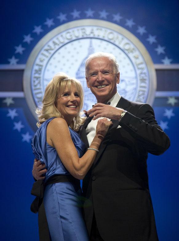 वाशिंगटन कन्वेंशन सेंटर में अपनी पत्नी जिल बिडेन के साथ नृत्य करते उप राष्ट्रपति जो बिडेन।