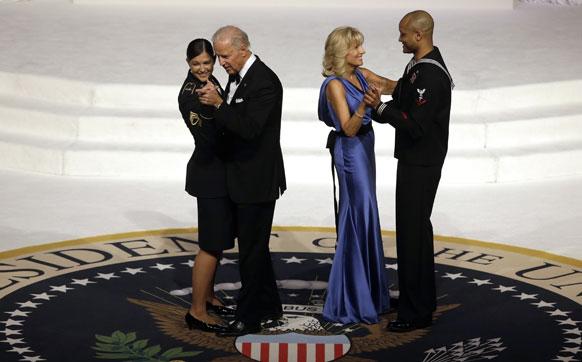 वाशिंगटन कन्वेंशन सेंटर में आर्मी स्टाफ सर्जेंट कीशा डेन्टिनो के साथ नृत्य करते उप राष्ट्रपति जो बिडेन।