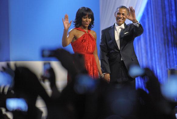 वाशिंगटन कन्वेंशन सेंटर में लोगों का अभिवादन करते बराक ओबामा एवं मिशेल ओबामा।