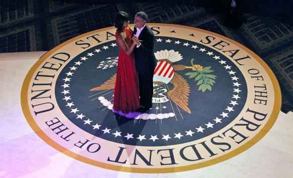 वाशिंगटन कन्वेंशन सेंटर में नृत्य करते बराक ओबामा एवं मिशेल ओबामा।
