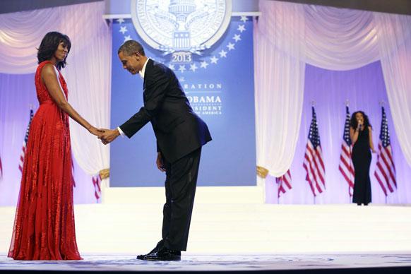 वाशिंगटन कन्वेंशन सेंटर में अमेरिकी राष्ट्रपति बराक ओबामा और देश की पहली महिला मिशेल ओबामा गायक जेनिफर हडसन के गीत पर नृत्य के लिए जाते हुए।