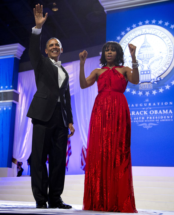 सोमवार को राष्ट्रपति पद का दूसरी बार शपथ लेने के बाद बराक ओबामा अपनी पत्नी मिशेल ओबामा के साथ लोगों का अभिवादन स्वीकार करते।