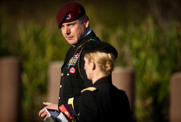 आर्मी ब्रिगेडियर जनरल जेफ्री एक केस के दौरान बातचीत करते हुए।