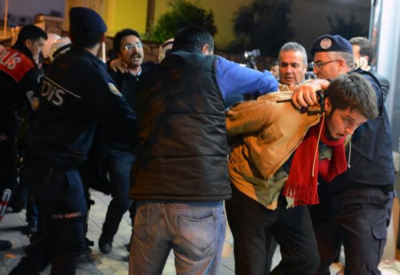 टर्की में नाटो सैनिकों की तैनाती को लेकर विरोध प्रदर्शन।