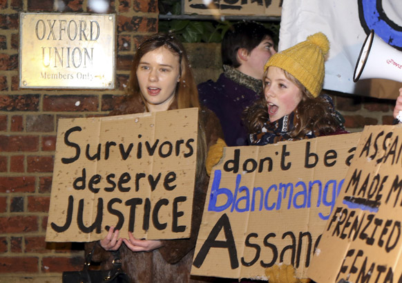 ऑक्सफोर्ड यूनियन के बाहर प्रदर्शन करते हुए लोग। इस जगह पर वीडियो लिंक के जरिये जूलियन असांज संबोधित कर रहे थे।