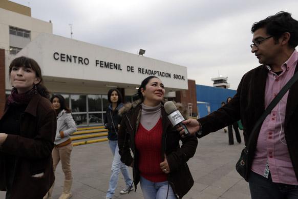 मेक्सिको सिटी में एक जेल के बाहर रिपोर्टर से बातचीत में 2005 में अगवा हुए पति के बारे में दुखड़ा सुनाई हुई एक महिला। उसके पति को तीन महीने तक बंधक बनाए रखने के बाद हत्या कर दी गई थी।