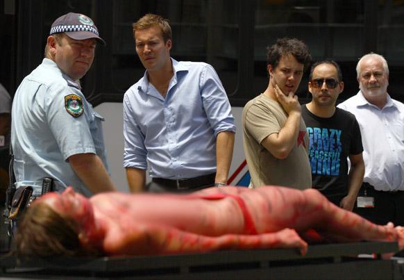 ऑस्ट्रेलिया के सिडनी में पेटा की एक महिला कार्यकर्ता ग्रिल पर लेटे हुए। इस प्रदर्शनकारी महिला ने अपने शरीर पर मांस के रंग में पेंट कर विरोध जताया।