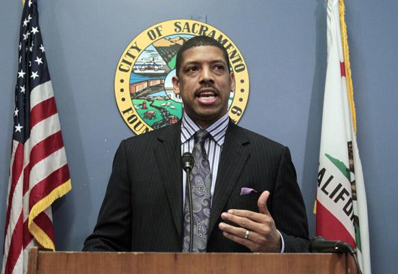 कैलिफोर्निया में एक न्यूज कांफ्रेंस में संबोधित करते हुए सेक्रेमेंटो के मेयर केविन जॉनसन।
