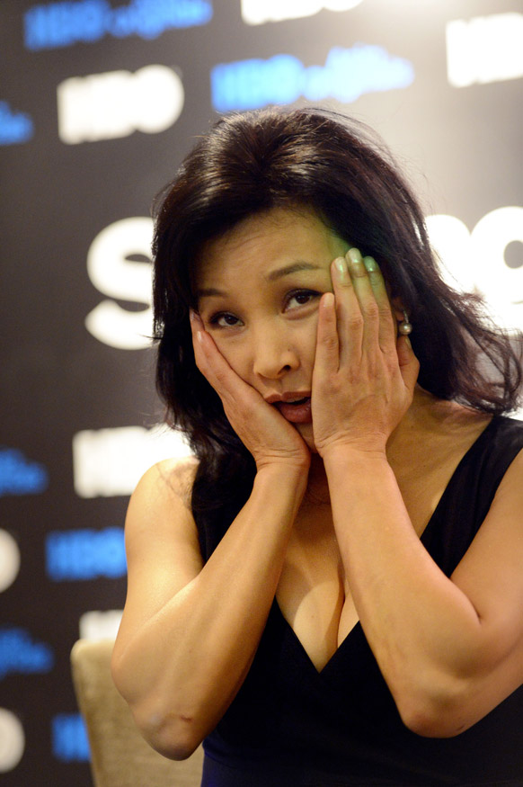 सिंगापुर में एक प्रेस कांफ्रेंस के दौरान किसी बात प्रतिक्रिया जताती हुईं अभिनेत्री जोएन शेन।
