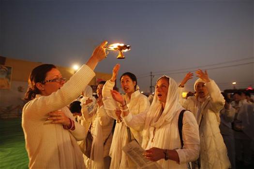 इलाहाबाद: महाकुंभ मेले के दौरान संगम तट के निकट हिंदू विधान के अनुसार पूजा- अर्चना करते हुए विदेशों से आए श्रद्धालु। महाकुंभ 55 दिनों तक चलेगा और यह हर 12 साल के बाद होता है।