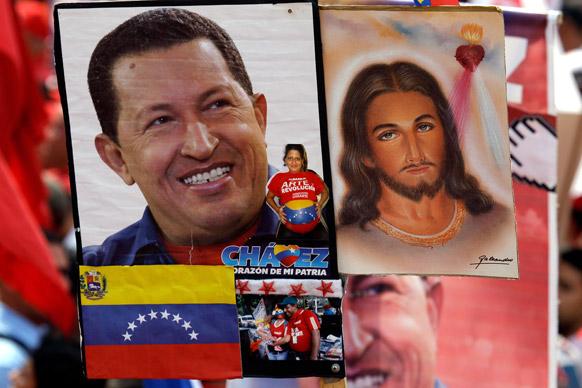 वेनेजुएला के काराकस में शावेज के समर्थकों ने जीसस क्राइस्ट के साथ वेनेजुएला के राष्ट्रपति ह्यूगो शावेज की तस्वीर को दीवार पर चिपका दिया।