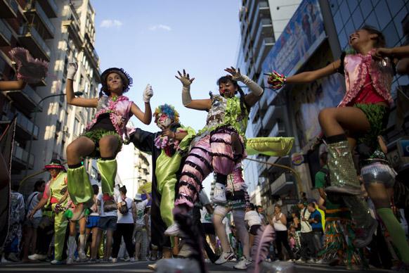 अर्जेटीन के ब्यूनस आयर्स में आयोजित कार्निवल में परेड के दौरान अत्यधिक खर्चीले व भड़कीले परिधानों को पहनकर प्रस्तुति देते मुर्गेस समूह के सदस्य।