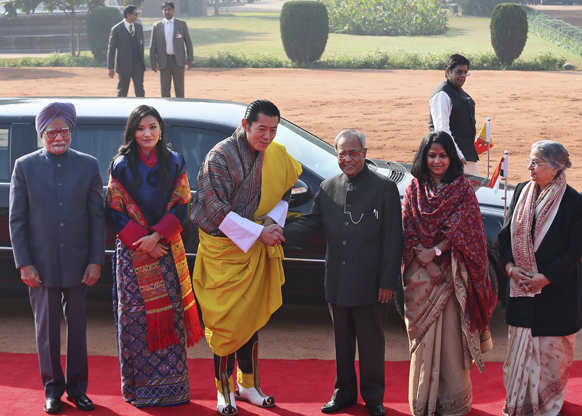 नई दिल्ली में भूटान नरेश जिग्मे खेसर नामग्येल वांगचुक और महारानी जेत्सुन पेमा वांगचुक के स्वागत समारोह के दौरान मीडिया से रू-ब-रू होते बाएं से मनमोहन सिंह, भूटान की महारानी, भूटान नरेश,राष्ट्रपति प्रणब मुखर्जी, राष्ट्रपति की बेटी शर्मिष्ठा और मनमोहन सिंह की पत्नी गुरुशरण कौर।