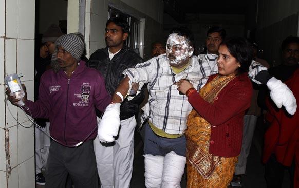 इलाहाबाद के महाकुंभ में शुक्रवार को सेक्टर-11 के कई पंडालों में आग लगने से कई लोग झुलस गए। उपचार के बाद अस्पताल से बाहर आता एक हिंदू श्रद्धालु।