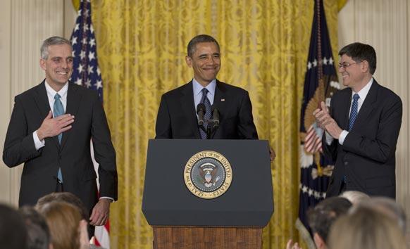 अमेरिकी राष्ट्रपति बराक ओबामा (बीच में) ने डेनिस मैकडोनो (बाएं) को अपना नया चीफ ऑफ स्टाफ नामित किया। ओबामा ने व्हाइट हाउस के ईस्ट रूम में आयोजित एक समारोह में इसकी घोषणा की।
