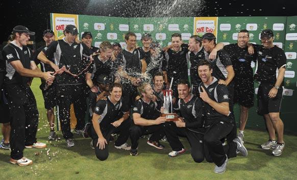 दक्षिण अफ्रीका के खिलाफ एक दिवसीय मैचों की श्रृंखला जीतने के बाद जश्न मनाते न्यूजीलैंड क्रिकेट टीम के खिलाड़ी।