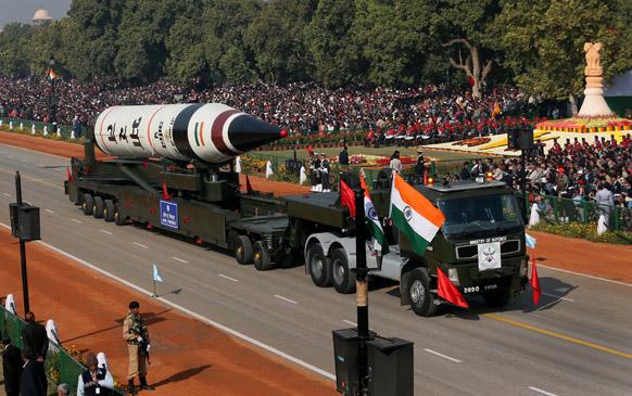 नई दिल्ली में राजपथ पर गणतंत्र दिवस परेड के दौरान लंबी दूरी के बैलिस्टिक अग्नि-5 मिसाइल का प्रदर्शन किया गया।