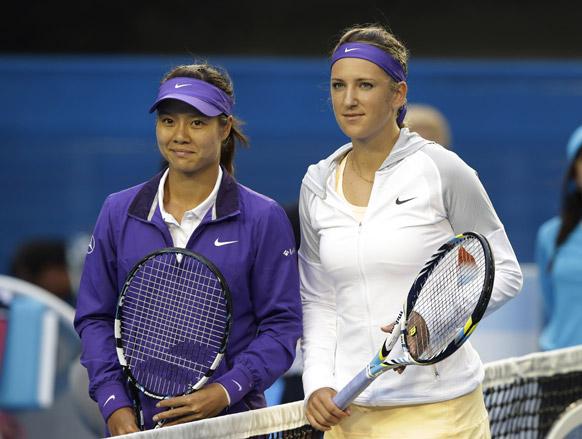 मेलबर्न में ऑस्ट्रेलियन महिला ओपन चैंपियनशिप का फाइनल मुकाबला खेले जाने से पहले चीन की ली ना और बेलारूस की विक्टोरिया अजारेंका। इस मैच में अजारेंका ने खिताब अपने नाम किया।
