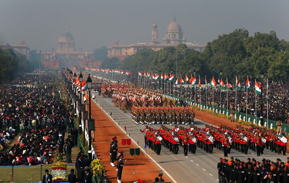 नई दिल्ली में 64वें गणतंत्र दिवस समारोह के दौरान राजपथ पर परेड में मार्चपास्ट निकालती सैन्य टुकड़ियां।