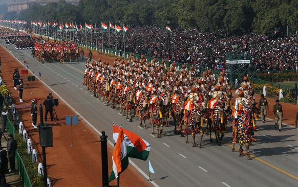 नई दिल्ली में 64वें गणतंत्र दिवस समारोह के दौरान राजपथ पर सीमा सुरक्षा बल के जवानों ने ऊंट पर सवार होकर परेड में हिस्सा लिया।